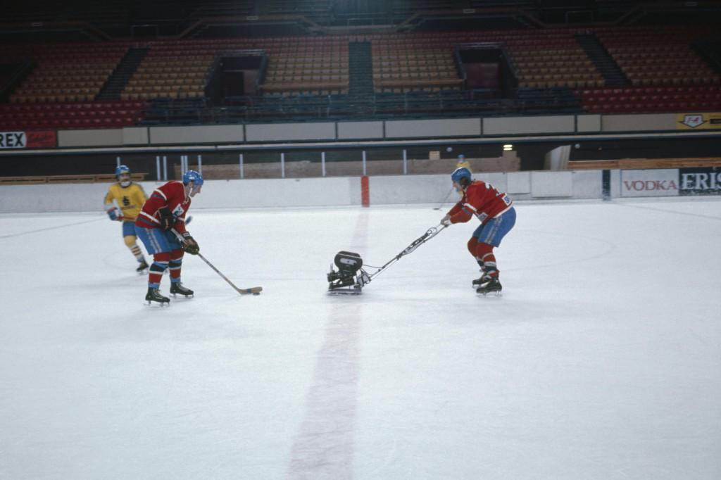 トニー・メイラム監督がインスブルック冬季オリンピック大会(1976)の映画『ホワイトロック』でアイスホッケーを至近距離で撮影するため、そりにマウントしたキャメラ