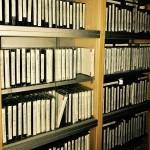 棚に並ぶ貸出用のカセットテープ